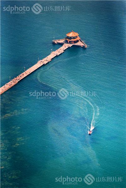 图片说明:航拍的青岛栈桥