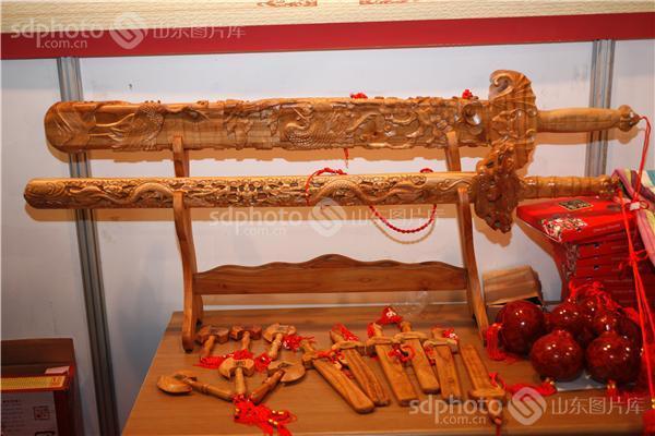 在制作上,通常取天然桃木,纯手工雕刻.