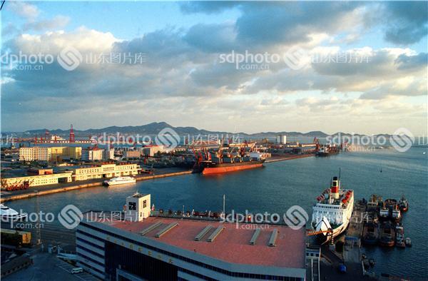 组图编号:123928 组图名称:烟台港 组图说明:烟台港位于山东半岛北侧