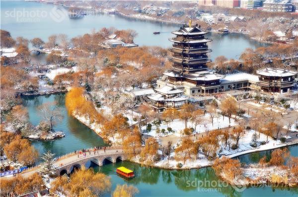 """在济南我就喜欢去大明湖,无论春夏秋冬,大明湖就像古代美女西施一样,"""""""