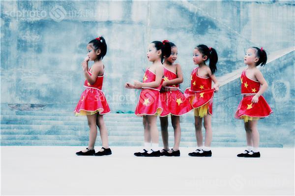 图片编号:162111 图片分类:公共事业文化生活 图片地区:济宁 下载图尺寸:3100*2067 下载图大小:JPEG:4MB 图片说明:2012年9月,在喜迎十艺节 舞动新梁山广场舞大赛上,来自梁山县城区八一幼儿园的孩子身着国旗图案的黄星红裙,表演椅子操《悄悄话》。舞蹈场面多变、紧凑,表演真实、生动,动作稚气中带着专业的范儿,在舞台上东西南北一起开花,令人目不暇接,活泼可爱之极。 图片关键字:八一幼儿园,儿童舞蹈,孩子,儿童,舞蹈,喜迎十艺节舞动新梁山,少儿舞蹈,十艺节,第十届中国艺术节,济宁梁山,济