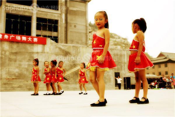 图片编号:162088 图片分类:公共事业文化生活 图片地区:济宁 下载图尺寸:3456*2304 下载图大小:JPEG:3MB 图片说明:2012年9月,在喜迎十艺节 舞动新梁山广场舞大赛上,来自梁山县城区八一幼儿园的孩子身着国旗图案的黄星红裙,表演椅子操《悄悄话》。舞蹈场面多变、紧凑,表演真实、生动,动作稚气中带着专业的范儿,在舞台上东西南北一起开花,令人目不暇接,活泼可爱之极。 图片关键字:梁山,八一幼儿园,儿童舞蹈,幼儿园,孩子,儿童,舞蹈,喜迎十艺节舞动新梁山,少儿舞蹈,红裙,济宁,灯笼舞  组