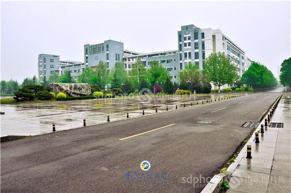 齐鲁工业大学雨后校园图片