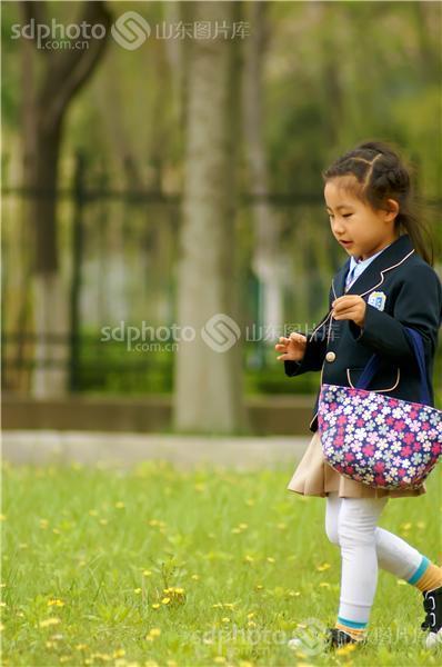 图片关键字:小女孩,可爱,童真,校服,小美女,孩子,儿童,童趣,写真