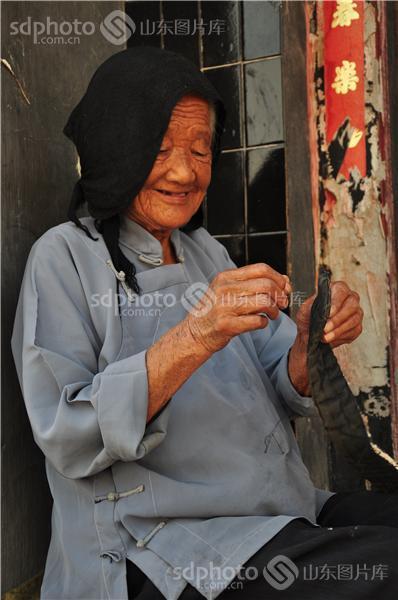 图片关键字:老人,人物,老年生活,面部表情,特写,农村老人,做针线活