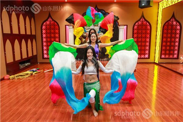 印度风情肚皮舞��.d_下载图大小:jpeg:3mb 图片说明:肚皮舞是一种带有阿拉伯风情的舞蹈