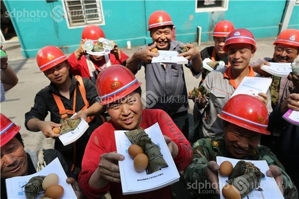 图片关键字:青岛,端午节,农民工,粽子,人物,人,工人,民工,打工