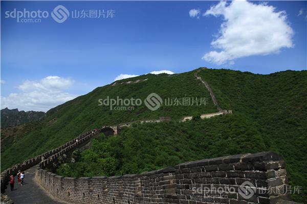 图片编号:195091 图片分类:华夏掠影华夏掠影 图片地区:无 下载图尺寸:5616*3744 下载图大小:JPEG:12MB 图片说明:慕田峪长城位于北京怀柔区,经过整修,两边的城墙垛口完好,威严而壮观。严整的烽火台,整齐的黑砖城墙,处处散发着远古气息,堪称万里长城的精华所在。在这里,可以看到三座敌楼并矗一台的正关台,是整个长城上极为罕见的情景。慕田峪长城在北京乃至全国都有很高的知名度,尤其是2008年奥运会后,它的知名度在世界各国迅速提升,享有万里长城慕田峪独秀的美誉。慕田峪长城1987年被评为