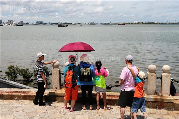 图片关键字:广东,广东省,湛江,湛江市,海岸风光,海边,游客,游人,市民