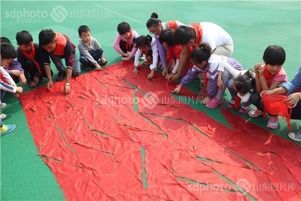 红领巾拼国旗喜迎建国65周年