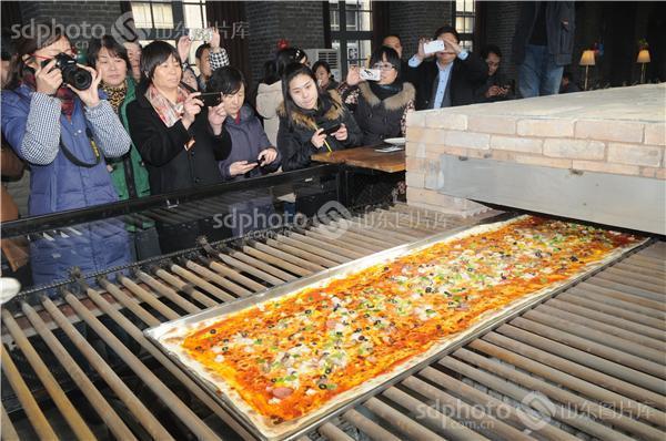 山东淄博:六十年窑炉烤制出现代披萨