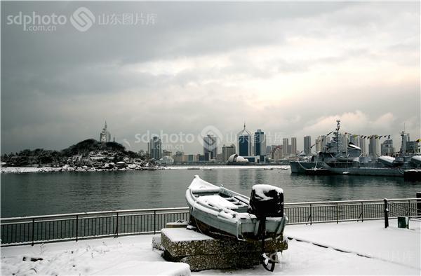 图片说明:2014年青岛海边雪景
