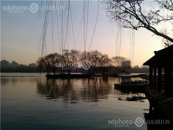 图片关键字:济南,大明湖,公园,园林,湖泊,湖,柳树,树,水,泉水,古城