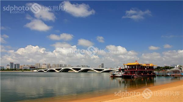 图片关键字:日照,海边,海岸,海景,大海,日照万平口,万平口大桥,海滨联排别墅层两图片