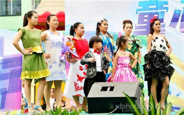 山东茌平:幼儿园儿童节 环保时装俏走秀