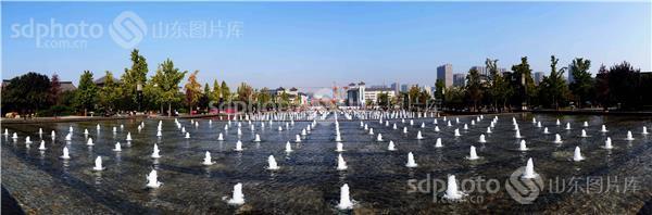 图片说明:西安大雁塔喷泉广场全景