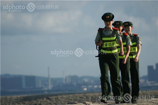 下载图大小:jpeg:5mb 图片说明:刘公岛边防派出所女警巡逻守护海岛的