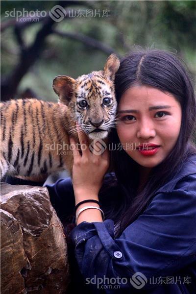jpeg:2mb 图片说明:2016年7月12日,游客在山东省聊城市动物园与降生45