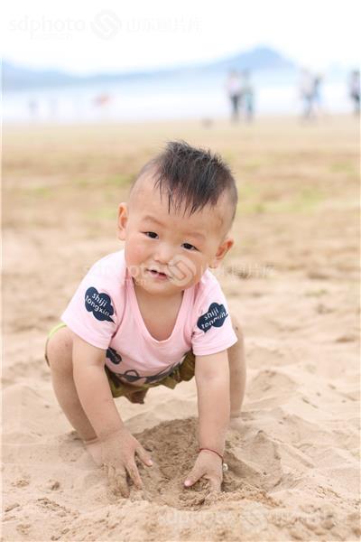 海边玩耍的小孩子