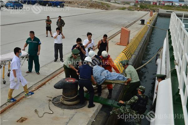 山东荣成:中国边防石岛边检站海上成功营救烧伤船员